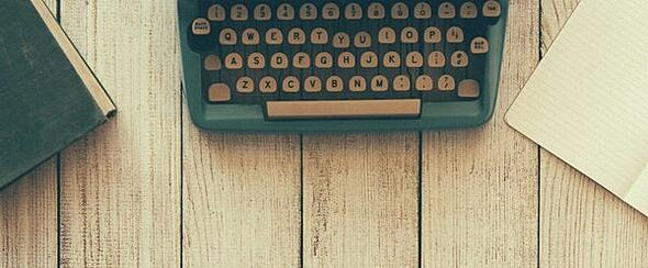 typewriter-on-wood-plank-table