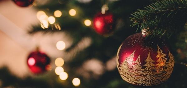 lights-ornaments-hanging-on-christmas-tree600px.jpg